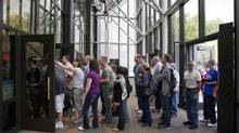Visitors wait for entry at the Smithsonian National Air and Space Museum, which re-opened after the U.S. shutdown ended. (JOSHUA ROBERTS/REUTERS)