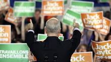 Jack Layton gives thumbs up to the crowd at a campaign rally in Gatineau, Quebec, April 25, 2011 (PATRICK DOYLE/Patrick Doyle/Reuters)