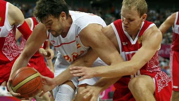 Spain's Marc Gasol (L) grabs the ball from Russia's Anton Ponkrashov during their men's basketball semifinal match at the North Greenwich Arena during the London 2012 Olympic Games August 10, 2012. (SERGIO PEREZ/REUTERS)