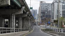 Heading down the off ramp from the eastbound Gardiner Expressway to the northbound lanes at the Spadina Ave. exit on May 19 2015. Talk continues on the future of the eastern portion of the elevated highway with some advocating for partial teardown and some suggesting it be left as is. (Fred Lum/The Globe and Mail)