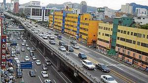 Before: The eyesore that was Seoul?s Cheonggye Overpass.