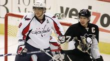 Washington Capitals' Alex Ovechkin and Pittsburgh Penguins' Sidney Crosby play during the first period in Game 3 of their NHL Eastern Conference semi-final hockey series in Pittsburgh, Pennsylvania May 6, 2009. (Reuters)