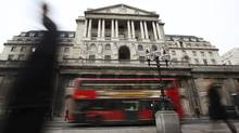 Pedestrians pass The Bank of England in the City of London. (© Olivia Harris / Reuters/Reuters)