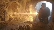 Simcha Jacobovici examines a 1st century burial tomb. (IIM/IIM)