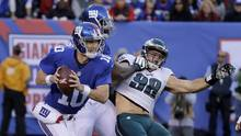 New York Giants quarterback Eli Manning (10) scrambles out of the pocket as guard John Jerry (77) puts a block on Philadelphia Eagles defensive end Connor Barwin (98) during the fourth quarter of an NFL football game, Sunday, Nov. 6, 2016, in East Rutherford, N.J. (Frank Franklin II/AP)