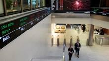 People walk through the lobby of the London Stock Exchange in London on Nov. 30, 2015. (© XXSTRINGERXX xxxxx / Reuters)