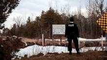 An RCMP officer stands at the U.S.-Canada border in Hemmingford, Que., on Feb. 23, 2017. (Drew Angerer/Getty Images)
