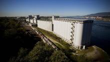 The Viterra Inc. Cascadia terminal, owned by Glencore PLC, stands on Burrard Inlet in Vancouver, on Tuesday, Sept. 29, 2015. (Ben Nelms/Bloomberg)