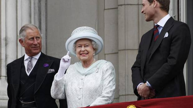 Britain's Prince Charles, Queen Elizabeth and Prince William stand on the balcony at Buckingham Palace during the Diamond Jubilee celebrations in central London. (STEFAN WERMUTH/AP)