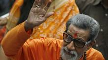 Bal Thackeray, chief of the right wing Hindu party Shiv Sena, waves towards the media as he arrives to cast his vote at a polling centre during the Maharashtra state elections in Mumbai in this October 13, 2009 file photograph. (PUNIT PARANJPE/REUTERS)