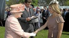 Queen Elizabeth meets Katie Couric at the first Buckingham Palace garden party of the summer, May 22, 2012. (POOL/Lewis Whyld / Pool / REUTERS)