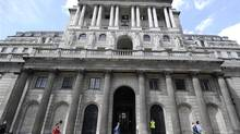 People walk and jog past the Bank of England, London June 15, 2012. (© Paul Hackett / Reuters/Reuters)
