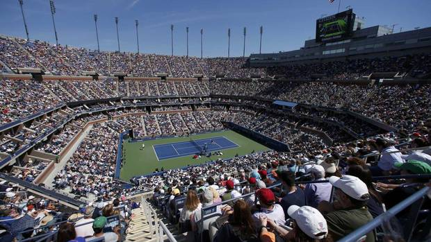 Spectators watch as Stanislas Wawrinka of Switzerland (R) plays Novak Djokovic of Serbia during their men's semi-final match at the U.S. Open tennis championships in New York September 7, 2013. (MIKE SEGAR/REUTERS)