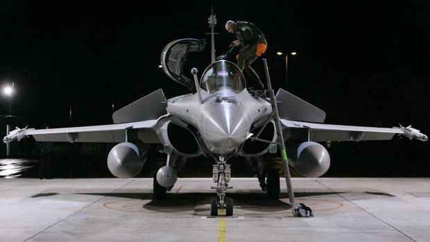 A pilot climbs into a French Dassault Rafale fighter jet at the Swiss Army Airbase in Emmen, central Switzerland October 28, 2008. (MICHAEL BUHOLZER/REUTERS)