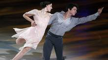 Tessa Virtue (L) and Scott Moir of Canada skate during '2010 All That Skate LA' ice show in Los Angeles, California, October 2, 2010. (LUCY NICHOLSON)
