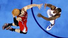 Los Angeles Clippers' Blake Griffin (L) dunks the ball over Oklahoma City Thunder's Serge Ibaka during their second half of their NBA basketball game in Oklahoma City, Oklahoma, April, 11, 2012. (STEVE SISNEY/REUTERS)