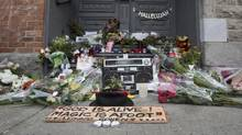 A makeshift memorial is seen in front of the home of legendary singer and poet Leonard Cohen on Nov. 11, 2016 in Montreal. (Paul Chiasson/THE CANADIAN PRESS)