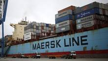 Trucks wait in line next to the Maersk Hartford cargo ship at the Port of Charleston in Charleston, South Carolina, U.S., on Thursday, Dec. 17, 2015. (Luke Sharrett/Bloomberg News)