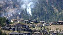 The West Kelowna, B.C., blaze spreads down hillsides toward residential areas. (JONATHAN HAYWARD/THE CANADIAN PRESS)