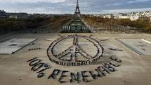 Environmentalists demonstrate in front of the Eiffel Tower in Paris on Dec. 6, 2015. (BENOIT TESSIER/REUTERS)