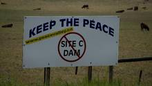 A sign protesting the Site C proposal is pictured near Hudson's Hope, B.C., on July, 17, 2014. (JONATHAN HAYWARD/THE CANADIAN PRESS)