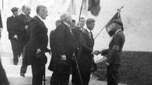 Lieutenant-Colonel D.E. Macintyre greets King Edward VIII at the opening ceremony of the Vimy Memorial in July, 1936. (Courtesy of John Macintyre)