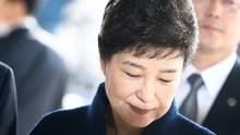 Former South Korean President Park Geun-hye arrives at the entrance of the Seoul Central District Prosecutors' Office to undergo prosecution questioning in Seoul, South Korea, on March 21, 2017. (Pool/Getty Images)