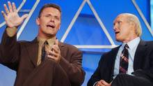 "Howie long (L) and Terry Bradshaw, analyst and co-host respectively of ""Fox NFL Sunday,"" address reporters at Fox television network's presentation of the show during the Television Critics Association summer press tour July 17, 2003 in Los Angeles. (JIM RUYMEN)"