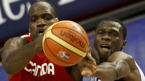 Canada's Joel Anthony (L) and France Alain Koffi battle for a rebound in the second half of their FIBA Basketball World Championship game in Izmir August 31, 2010. REUTERS/Sergio Perez