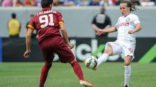 Inter Milan midfelder Diego Laxalt (93) passes the ball in front of Roma defender Arturo Calabresi (91) during the second half of the match at Lincoln Financial Field. Inter Milan won the match 2-0. (John Geliebter/USA Today Sports)