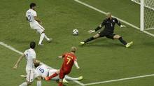Belgium's Kevin De Bruyne, center, scores the opening goal past United States' goalkeeper Tim Howard, right, during the World Cup round of 16 soccer match between Belgium and the USA at the Arena Fonte Nova in Salvador, Brazil, Tuesday, July 1, 2014. (Themba Hadebe/AP)