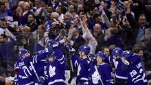 Toronto Maple Leafs celebrate an empty-net goal by Toronto Maple Leafs centre Auston Matthews during third period NHL hockey action, in Toronto on Saturday, April 8, 2017. (Frank Gunn/THE CANADIAN PRESS)