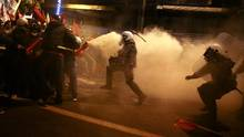 Protesters clash with riot police during a demonstration against the visit of U.S President Barack Obama, in Athens, Greece, on Nov. 15, 2016. (ALKIS KONSTANTINIDIS/REUTERS)