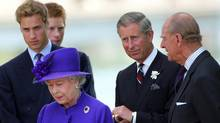 Britain's Queen Elizabeth stands with her husband Prince Philip, son Prince Charles and grandson's princes William and Harry during the unveiling of a memorial fountain dedicated to the late Princess Diana at Hyde Park in London, July 6, 2004. (DAVID BEBBER)