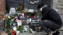 Leonard Cohen's Montreal doorstep became a shrine on the announcement of his death. City and provincial leaders want to create a more last tribute. (CHRISTINNE MUSCHI/REUTERS)