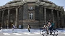 Students are seen on the University of Toronto downtown campus on Tuesday, April 11, 2017. (Christopher Katsarov For The Globe and Mail)