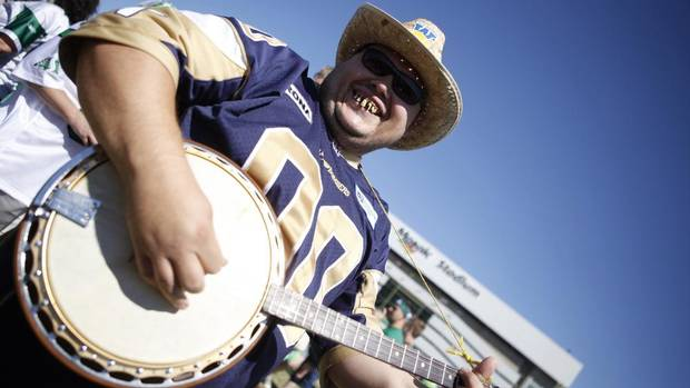 Winnipeg Blue Bomber fan Simon Hebert, aka Banjo Boy, taunts Saskatchewan Roughrider fans before the CFL game in Regina, Saskatchewan September 2, 2012. (DAVID STOBBE/REUTERS)