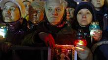 A woman holds a candle at a rally as anti-government protesters wait for opposition leader Yulia Tymoshenko at the Independence Square in Kiev February 22, 2014. (YANNIS BEHRAKIS/REUTERS)