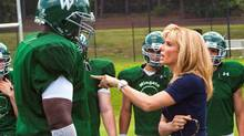 "QUINTON AARON as Michael Oher and SANDRA BULLOCK as Leigh Anne Tuohy in Alcon Entertainment's drama ""The Blind Side,"" a Warner Bros. Pictures release. (Ralph Nelson/Ralph Nelson)"