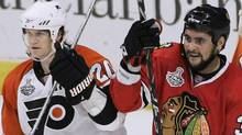 Chicago Blackhawks' Dustin Byfuglien (C) and Philadelphia Flyers' Chris Pronger (L) battle in front of Philadelphia Flyers goalie Michael Leighton during the first period of Game 2 of their NHL Stanley Cup final in Chicago May 31, 2010. REUTERS/Frank Polich (FRANK POLICH)