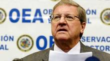 Lloyd Axworthy talks to reporters during a news conference in Lima, April 10, 2006. Axworthy has called for Canada to lead the demilitarization of the Arctic. (PILAR OLIVARES/REUTERS)