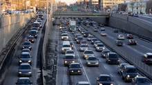 Commuters on Decarie in Montreal in 2007. One kilometre of road cost 37 per cent more to build in Quebec in 2008 than the average cost for the rest of the country, a report says. (Christinne Muschi/christinne muschi)