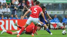 John Terry of England and Shinji Okazaki of Japan during a friendly football match between England and Japan in Graz on 30 May, 2010 prior to the FIFA World Cup 2010. (JOE KLAMAR/AFP/JOE KLAMAR)
