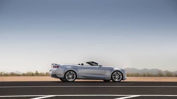 In photos 2016 chevrolet camaro goes topless the globe General motors convertibles