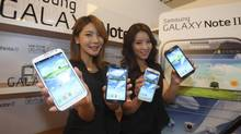 Models pose with Samsung Electronics' new Galaxy Note 2 in Seoul in this Sept. 26, 2012 file photo. (LEE JAE-WON/REUTERS)