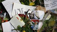Tributes to South Africa's former president Nelson Mandela. (SUZANNE PLUNKETT/REUTERS)