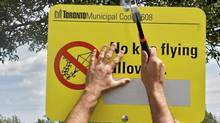 Municipal workers post signs prohibiting kite flying at Miliken Park, in Scarborough, Ont., on Aug.17. (Kevin Van Paassen/Kevin Van Paassen/The Globe and Mail)