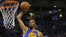 Golden State Warriors forward Kevin Durant (35) goes up for an unopposed dunk in the second quarter of an NBA basketball game against the Oklahoma City Thunder, in Oklahoma City, Feb. 11, 2017. (Sue Ogrocki/AP)