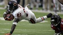 Chicago Bears receiver Devin Hester (L), lunges for extra yardage as he is pursued by Atlanta Falcons cornerback Chris Houston in the second half of their NFL football game in Atlanta, Georgia, October 12, 2008. (Reuters)