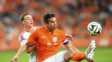 Robin van Persie of the Netherlands fights for the ball with James Chester of Wales during their international friendly soccer match in Amsterdam June 4, 2014. (UNITED PHOTOS/REUTERS)